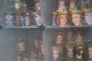 Frauenköpfe in Honig-Gläsern in der Fruchtallee. Foto: Annika Demgen