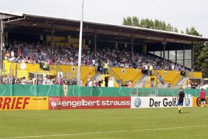 Das Stadion Hoheluft: Die Haupttribüne beim DFB-Pokalspiel gegen den SC Freiburg (2012). Foto: SC Victoria.