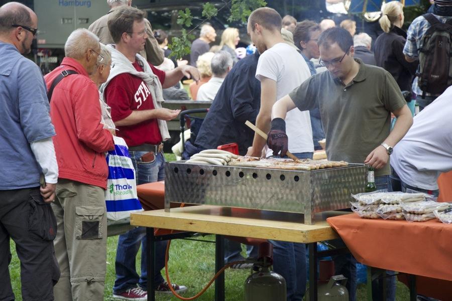 Würstchen und Bier gehören dazu. Foto: Jan Hildebrandt