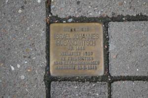 Insgesamt gibt es in Eimbüttel etwa 200 Stolpersteine. Dieser liegt am Schulweg 48. Foto: Birte Blömers