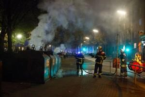 Einige Container wurden in Brand gesetzt, wie hier in der Altonaer Str. zwischen Weidenallee und Kleiner Schäferkamp. Foto: Eimsbütteler Nachrichten