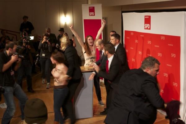 Plötzlich stürmen drei Femen-Aktivistinnen nach vorne. Foto: Moritz Gerlach
