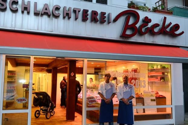 Fleischermeister Rüdiger Rose mit seinem Sohn vor der Wiedereröffneten Filiale in der Sillemstr. 38. Foto: Tim Eckhardt