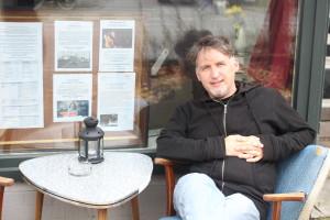 """Regisseur Dennis Albrecht vor dem """"Zwischenraum"""". Foto: Nora Helbling"""