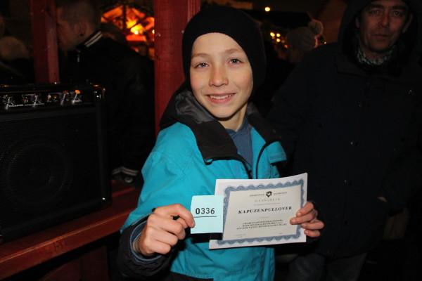 Karl war die Losfee und zog die Nummer 0334 (blau). Foto Ada von der Decken