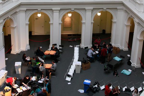 Mit der Auszählung geht eine turbulente Wahlwoche zu Ende. Foto: Moritz Gerlach