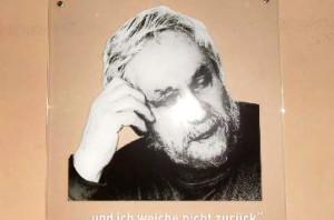 Helmut-Frenz-Plakette im Kirchenaufgang. Foto: Anja von Bihl
