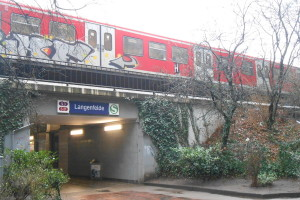 Nach Bedrohung mit Messer in S-Bahn: Am S-Bahnhof Langenfelde nahm die Bundespolizei den Betrunkenen fest. Foto: Anja von Bihl