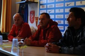 Ein zufriedener Heimtrainer und ein unzufriedener Gästetrainer bei der Pressekonferenz. Foto: Tim Eckhardt