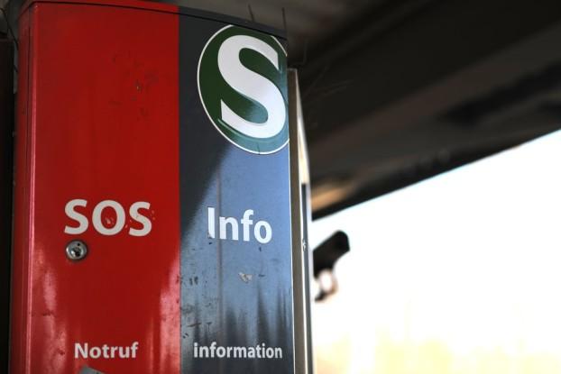 Notrufsäule am S-Bahn-Steig. Foto: Tim Eckhardt.