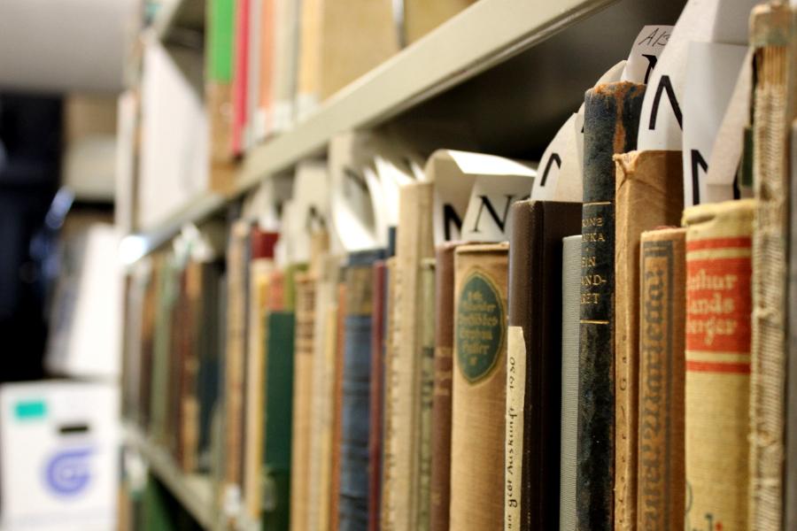Das Regal mit den geraubten Bücher. Foto: Simon Karger