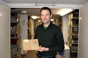 Volker Cirsovius-Ratzlaff zeigt eines der gestohlenen Bücher