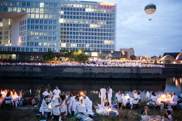 Das Weiße Dinner in der Hafencity vergangenes Jahr. Foto: Tom Roeler