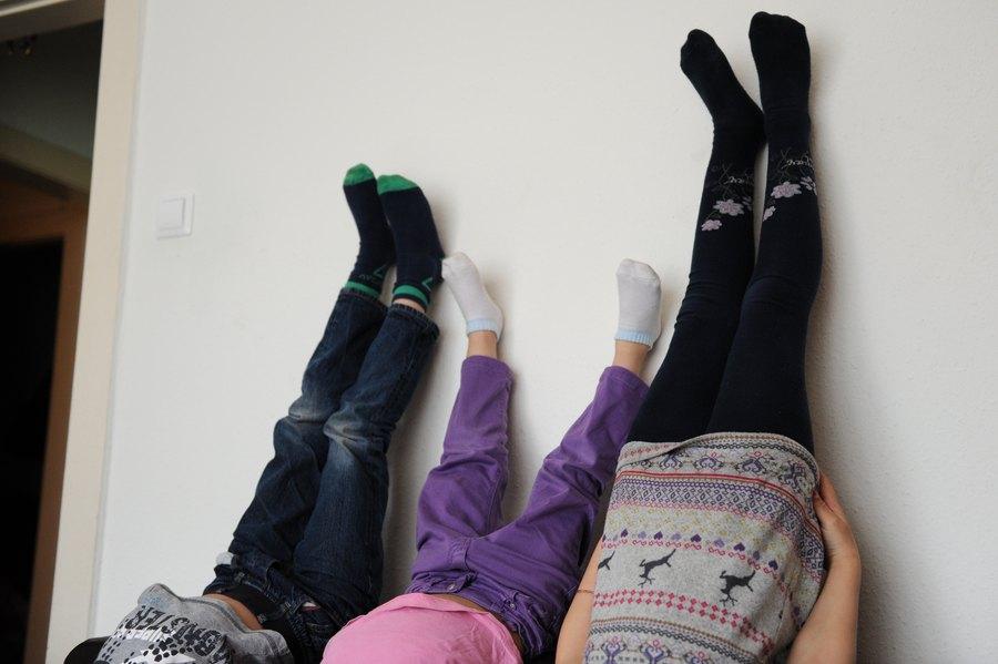 Pure Lebensfreue: Die drei Ältesten zeigen ihr akrobatisches Können. Foto: Tim Eckhardt.