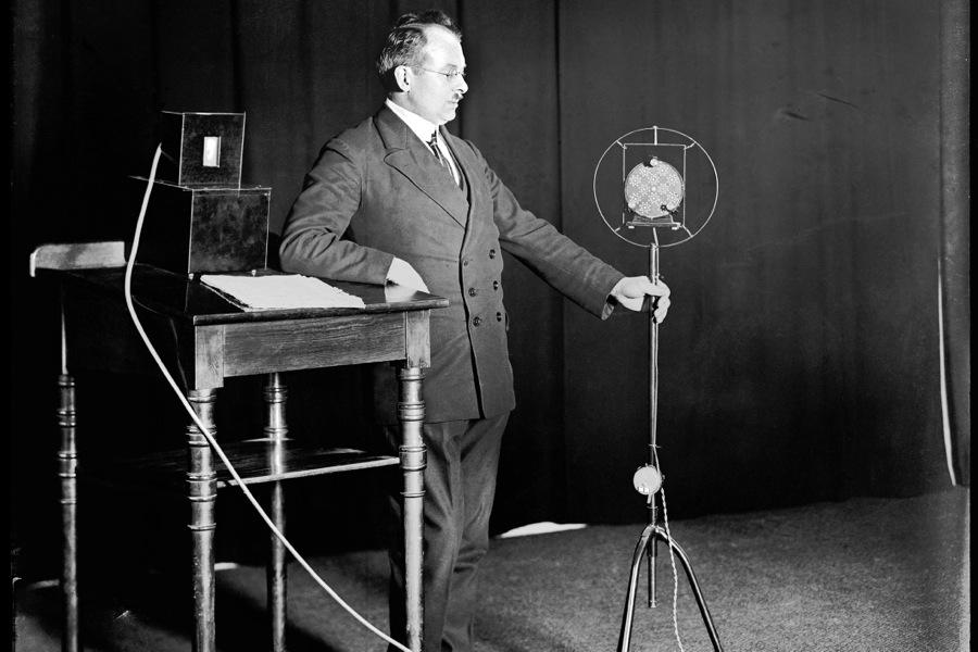 """""""Hans Bodenstedt, Intendant der Norag (Nordische Rundfunk AG). Das Bild zeigt Bodenstedt an einem 12-Kammer-Kohlemikrofon der Fa. 'Telegraphen A.G.' im Jahr 1929."""" Bild: NDR"""