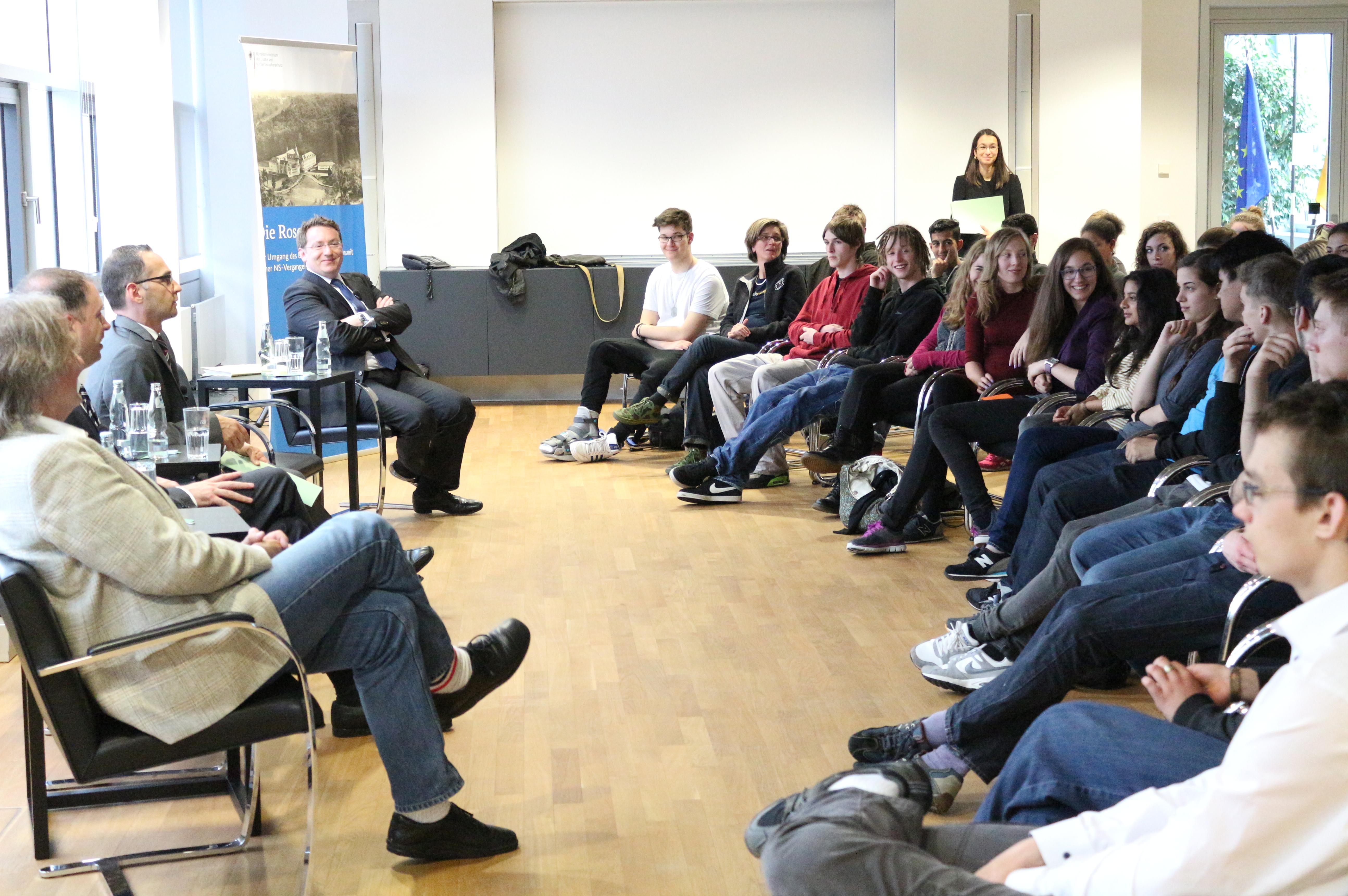 Die Schüler diskutieren im Justizministerium. Foto: BMJV