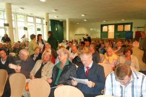 Gut gefüllte Aula in der Döhrnstraße. Foto: Anja von Bihl