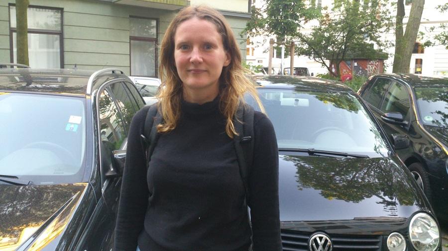 Catharina Zieriacks vor den letzten Schrägparkern in der Gärdenerstraße. (Foto: Annika Demgen)
