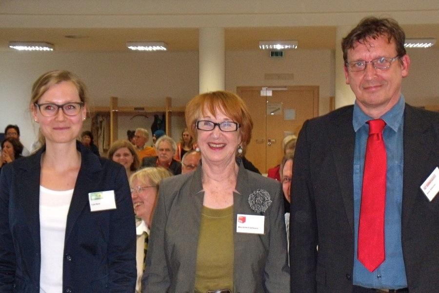 Mechthild Führbaum (Mitte) von der SDP als neue und alte Vorsitzende der Bezirksversammlung mit ihren Stellvertretern Lisa Kern (Grüne) und Nils Böttcher (CDU). Foto: Neele Wulff
