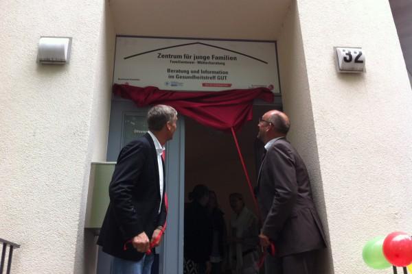 Bezirksamtsleiter Torsten Sevecke und Sozialsenator Detlef Scheele lüften das Banner. Foto: Tanja Schreiner