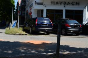 Die Unfallstelle an der Ecke Heußweg/Eichenstraße wurde mit Sand bedeckt. Foto: Jan Hildebrandt