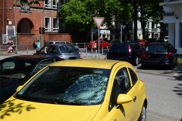Hier ist der Radfahrer auf die Windschutzscheibe des Wagen aufgeschlagen. Foto: Jan Hildebrandt