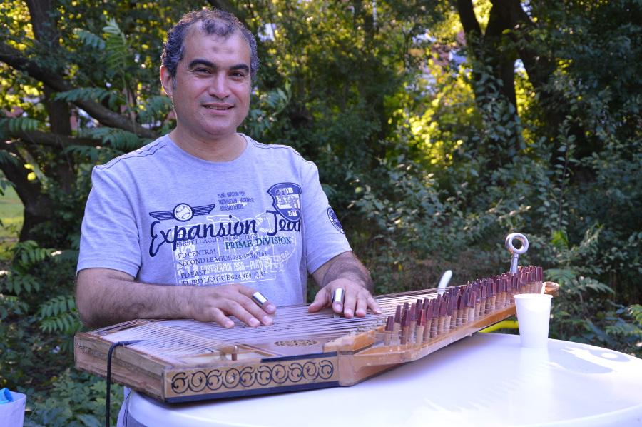 Musiker Siad Khawam auf dem Sommerfest im Lohbekpark. Foto: Henrike Hapke