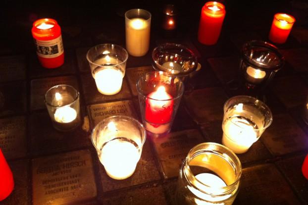 An vielen Stolpersteinen stellten Nachbarn Lichter auf. Foto: Tanja Schreiner.