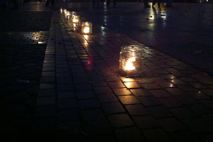 """Die Aktion knüpft an die jüdische Tradition der """"Jahrzeit"""" an: Zu jedem Todestag eines Verwandten zündet man eine Kerze an, erklärt Initiator Amos Schliack. Foto: Tanja Schreiner"""