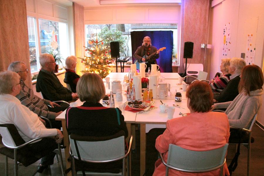 In kleiner, gemütlicher Runde gab Peter Maiwald ein kleines Konzert. Foto: Katharina Kuhn