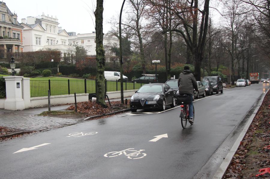 Den Harvestehuder Weg dürfen Radfahrer in voller Breite befahren. Foto: Lisa Eißfeldt
