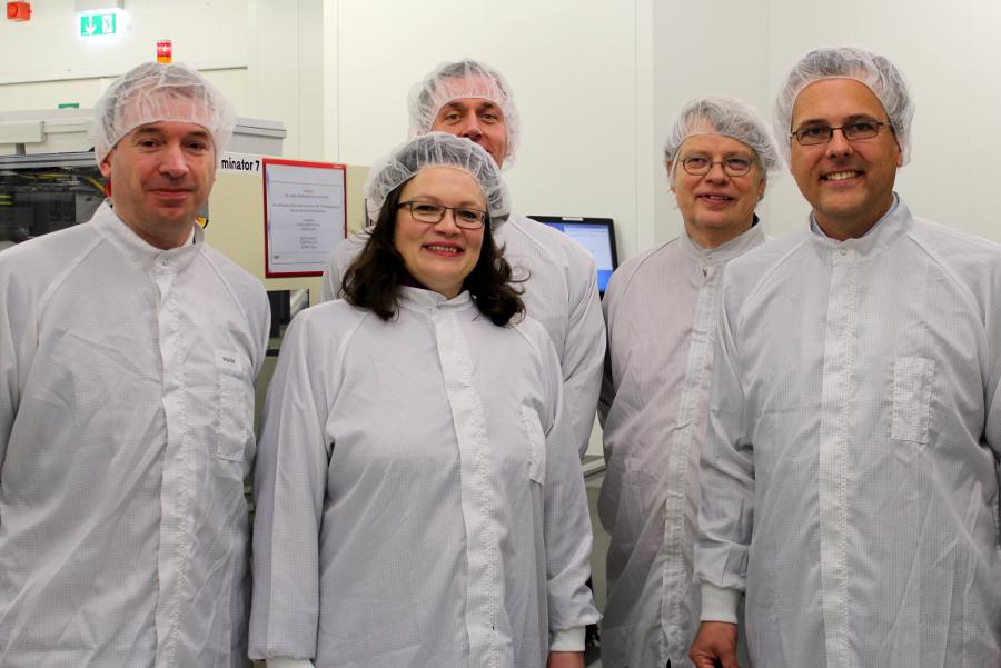 Niels Annen (links im Bild) und Andrea Nahles ließen sich von Kurt Sievers (rechts außen) durch den Betrieb führen. Foto: Lisa Eißfeldt