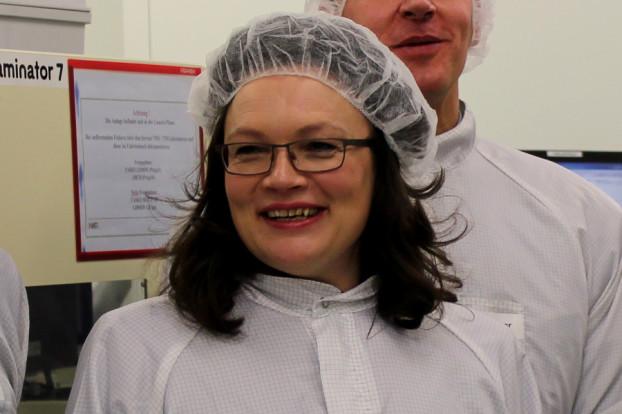 Bundesministerin Andrea Nahles hat die Produktionsstätte von NXP Semiconductors in Lokstedt besichtigt. Foto: Lisa Eißfeldt