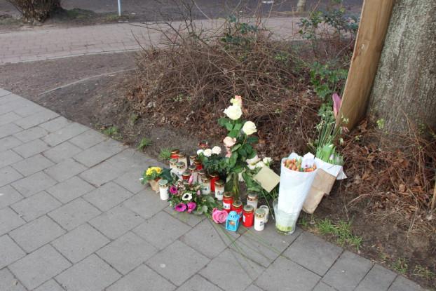 Menschen zeigen Anteilnahme, indem sie Blumen und Kerzen an der Unfallstelle aufstellen. Foto: Katharina Kuhn