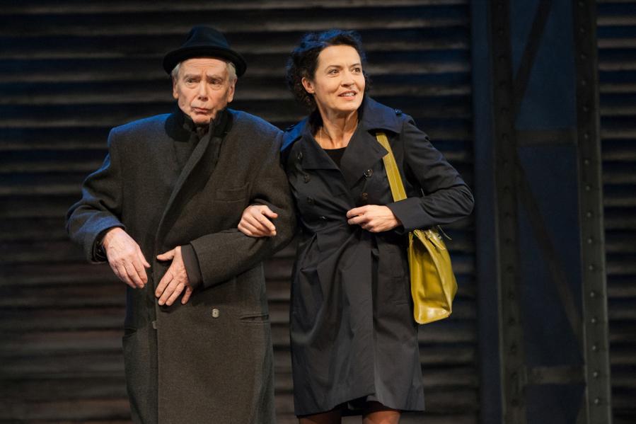 Ruth begrüßt ihren Vater in New York. Foto: Bo Lahola