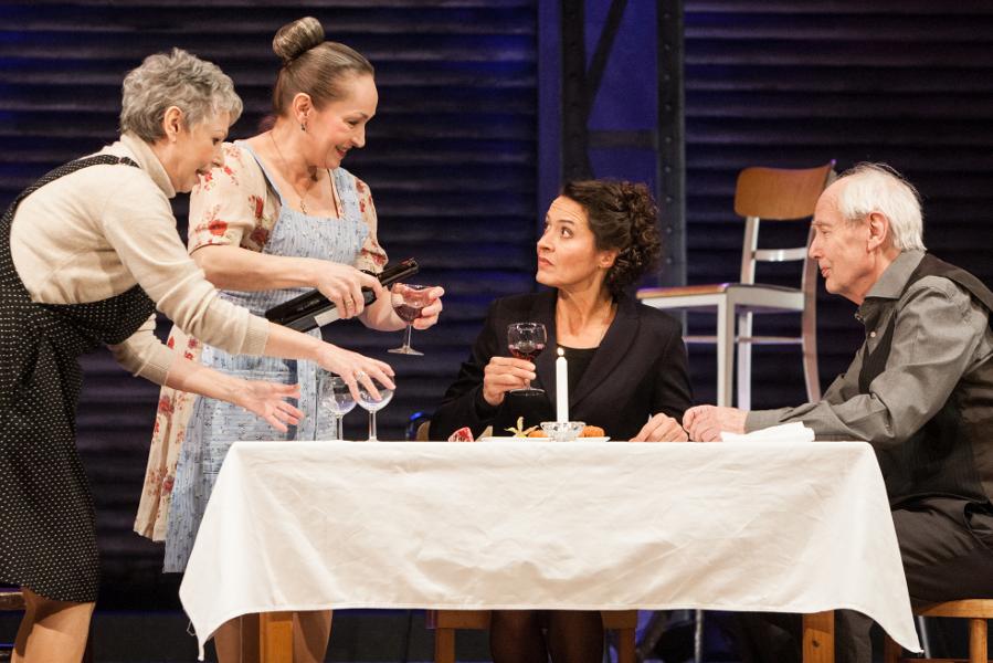 Edek und die Damen versuchen Ruth für ihr Klopse-Restaurant zu begeistern. Foto: Bo Lahola