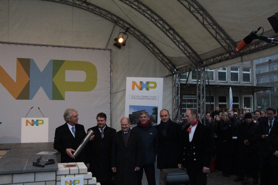 Die Zeitkapsel wird eingemauert. Grundsteinlegung NXP. Foto: Lena Schnüpke