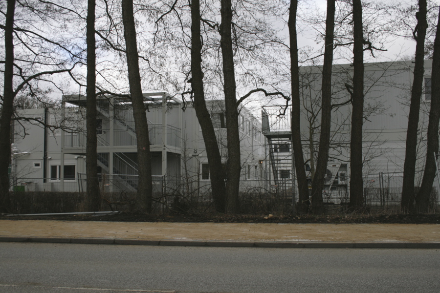 Nicht überall bestehen die Unterkünfte aus Containern, wie hier in der Erstaufnahme Niendorfer Straße - sondern aus Zelt-Landschaften. Bei manchen wird sich dies auch in den nächsten Monaten nicht ändern. Foto: Anja von Bihl.