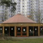 Das zeltartige Gebäude neben der Lenzsiedlung beherbergt ab Mai wieder ein Café. Foto: Anja von Bihl