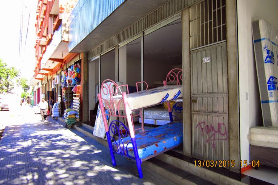 Eine Straße voller Betten und Matratzen.