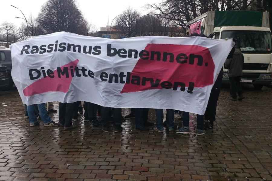 Trotz Regen auf der Straße: Rund 1.000 Demonstranten protestierten für die Flüchtlingsunterbringung Sophienterasse. Foto: Annika Demgen