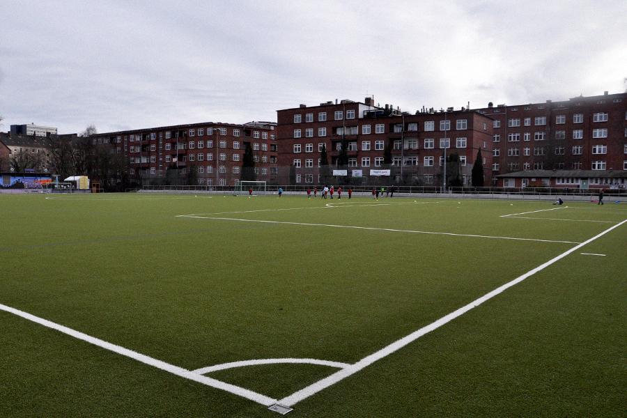 Trainieren hier bald die Fußballweltmeister? Der Reinmüller-Platz 1 seit einem Jahr mit neuen Kunstrasen. Foto: Elena Salerno