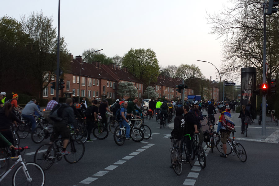 """Critical Mass"" radelt durch Eimsbüttel"