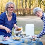 Lore Otto und Katharina Henne beim Zubereiten des Linsensalats. Foto: Nicolas Döring