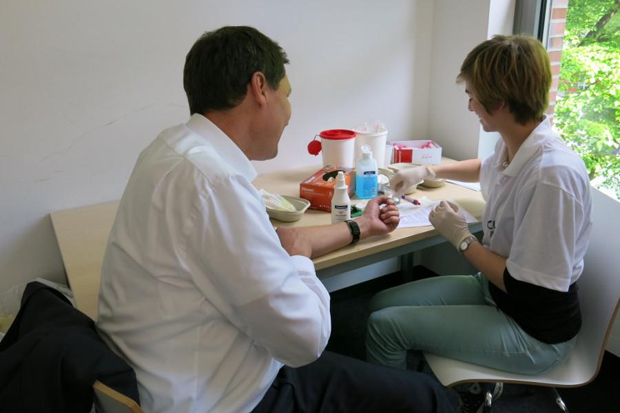 """Clara Köhne von """"Uni hilft"""" nimmt einem potentiellen Spender Blut ab. Foto: Uni hilft"""