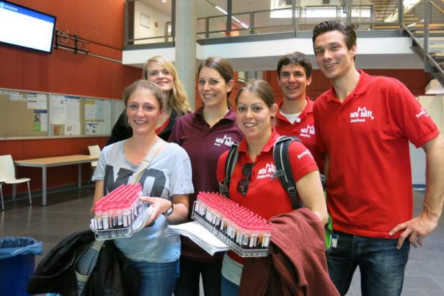 """Die Studenten von """"Uni hilft"""" wollen möglichst viele Spender finden. Foto: Uni hilft"""