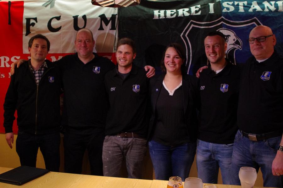 """Die neuen Trainer des HFC-Falke werden präsentiert, von links nach rechts: Danny Dwenger (Beisitzer Präsidium), Frank Suding (Stellvertretender Präsident), Dirk Hellmann (Trainer), Tamara Dwenger (Präsidentin), Chrsitopher """"Stoffi"""" Dobirr (Co-Trainer) und Nils Kuntze-Braack (Liga-Obmann). Foto: HFC-Falke"""