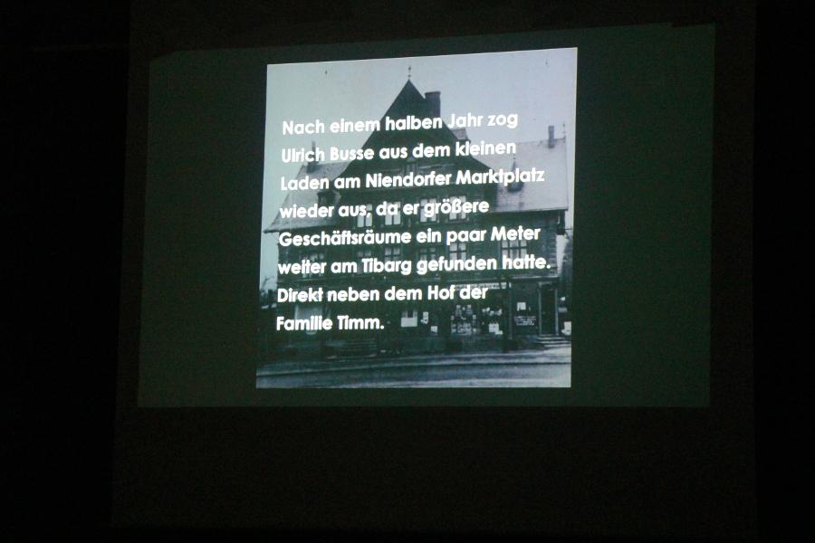 Kleine Eckdaten zur Geschichte bietet der Film auch. Foto: Ghasal Falaki