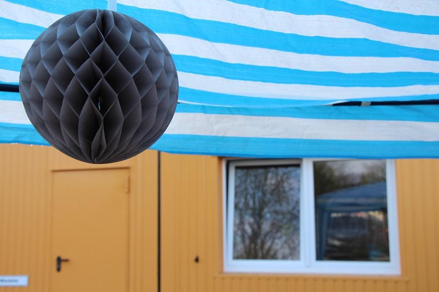 Trotz gelegentlicher Schauer fand das Willkommensfest draußen statt. Foto: Annika Demgen