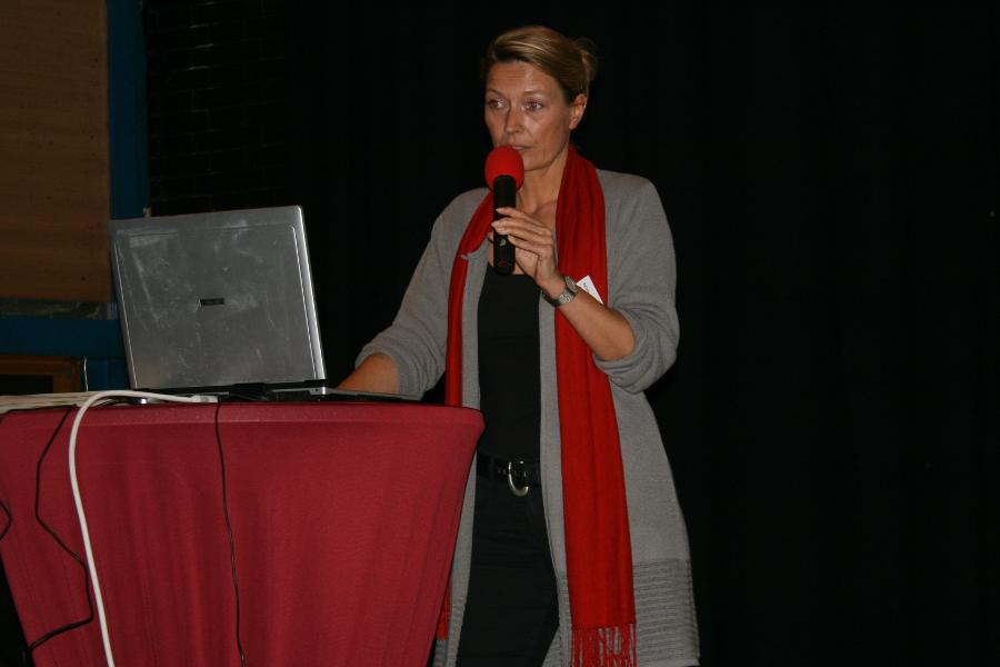 Barbara Strauß stellt das Stadtteilhaus vor.